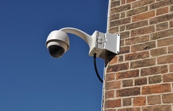 האם כדאי להתקין מצלמת אבטחה להגנה על הבית?